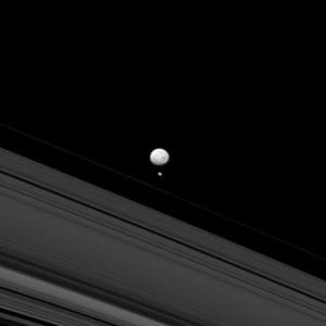 Mimas y Pandora se toman juntos en luz azul con la cámara de ángulo estrecho de la sonda Cassini 14 mayo de 2013. Crédito imagen: NASA / JPL-Caltech / Space Science Institute.