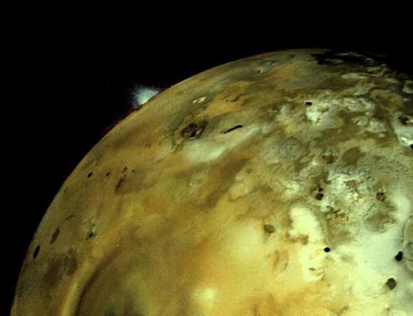 La Voyager I tomó esta imagen de Io el 4 de Marzo de 1971. Pudo observarse una enorme erupción volcánica como un penacho brillante en el limbo, contra el fondo oscuro del espacio circundante. (NASA/JPL).